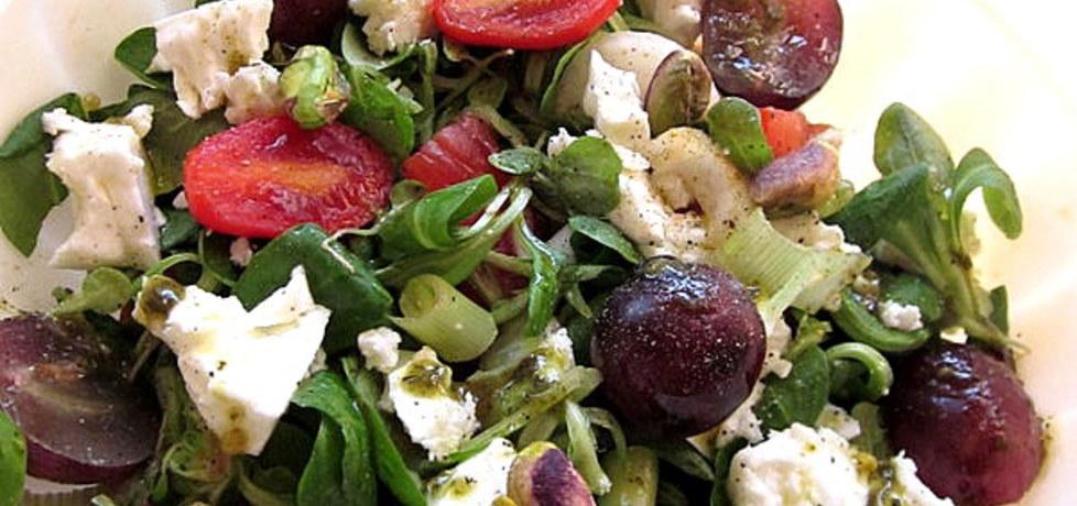 Sałatka warzywna z winogronami ,serem feta i pistacjami (autor ...