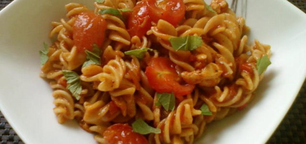 Makaron w pikantnym sosie pomidorowym z kurczakiem i ...