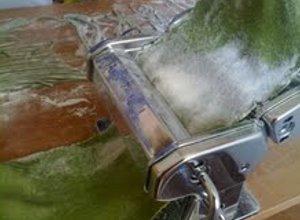 Domowy zielony makaron tagiatelle