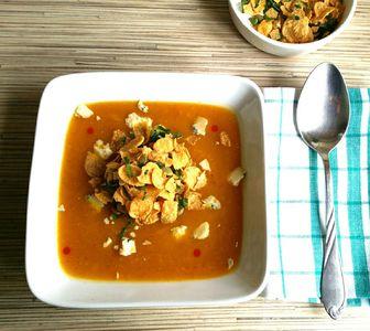Zupa krem dyniowa z płatkami kukurydzianymi i serem pleśniowym ...