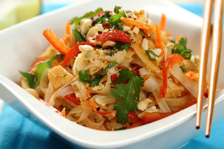 Makaron ryżowy z indykiem, marchewką i świeżą papryką z woka ...