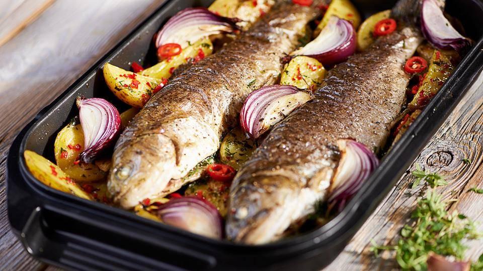 Przepis na pstrąga pieczonego z ziemniakami i chilli