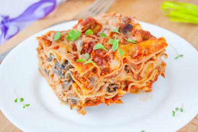 Lasagne z kotletami mielonymi i pieczarkami w sosie pomidorowym ...