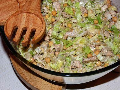 Chrupiąca sałatka z kurczaka i cieciorki
