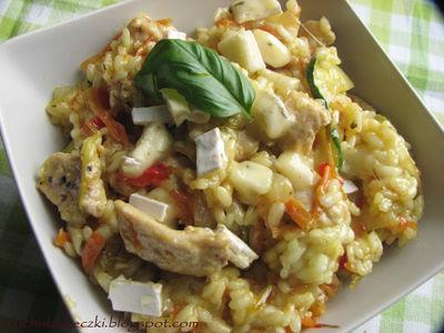 Risotto z kurczakiem, serem camembert i warzywami ...