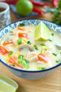 Zupa z mleczkiem kokosowym, kurczakiem, papryką, pieczarkami i ...