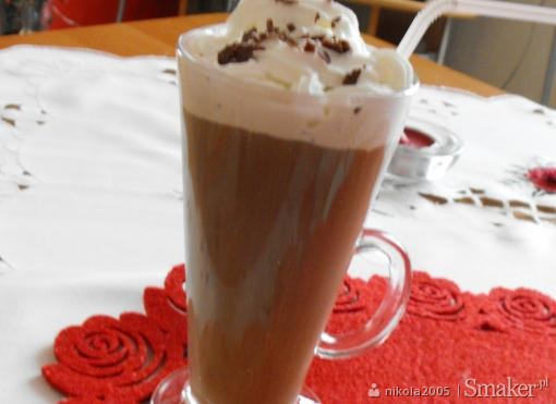 Mrożona kawa z lodami i bitą śmietaną