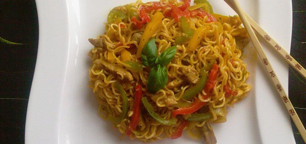 Smażona wieprzowina z warzywami i makaronem chińskim (autor ...