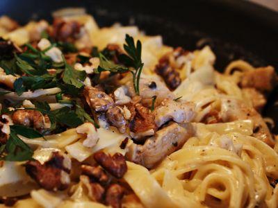 Makaron z sosem z pleśniowego sera z orzechami włoskimi i ...
