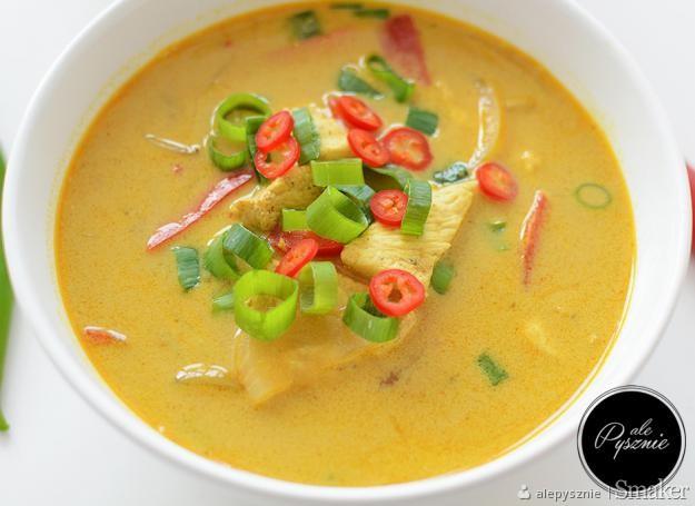 Pikantna tajska zupa z kurczakiem i papryką
