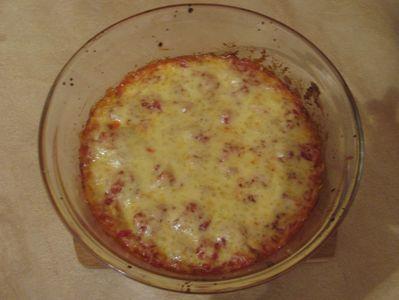 Zapiekanka z makaronu z parówkami i sosem pomidorowym ...