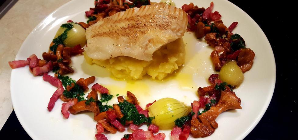 Filet z halibuta z purée ziemniaczanym, kurkami, boczkiem ...