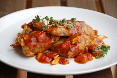 Skrzydełka faszerowane pieczarkami w sosie pomidorowym ...