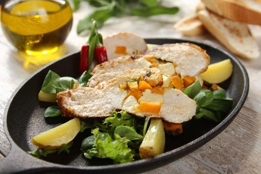 Grillowana pierś z kurczaka z dynią, serem feta i świeżą kolendrą ...