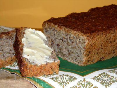 Razowy chleb orkiszowo żytni z ziarnami
