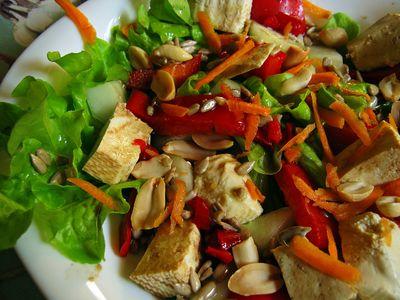 Sałatka z tofu i orzeszkami ziemnymi