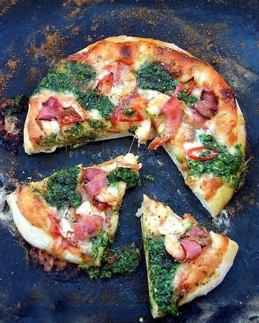 Pizza z krewetkami, pesto i prosciutto