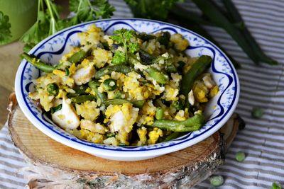 Ryż smażony w jajku z fasolką szparagową, groszkiem i kurczakiem