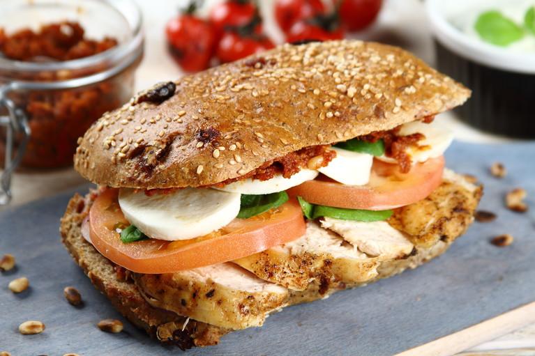 Sandwich z grillowanym kurczakiem i pesto z pomidorów