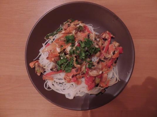 Chiński makaron ryżowy z kurczakiem i warzywami