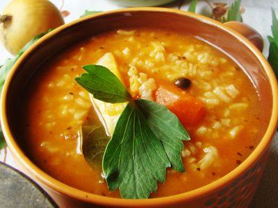 Zupa pomidorowa z prażoną cebulką i lubczykiem