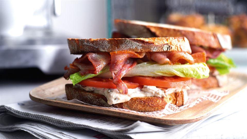 Przepis na kanapkę z bekonem, sałatą i pomidorem