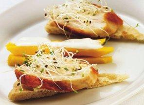 Tortilla z indykiem i chutneyem z mango