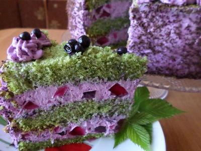 Tort szpinakowy z kremem jagodowym