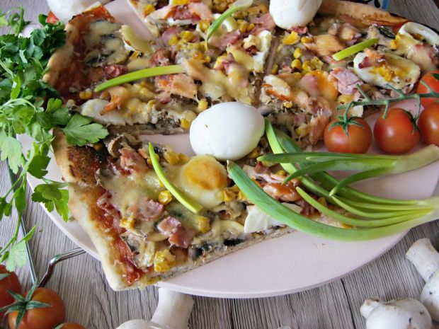 Przepis  pizza z jajkiem i łososiem przepis