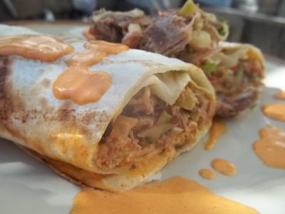 Tortille z mięsem z kaczki i warzywami