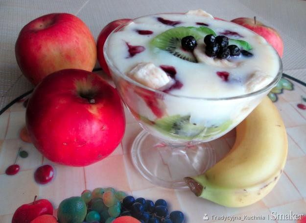 Deser z kaszy manny i owocami