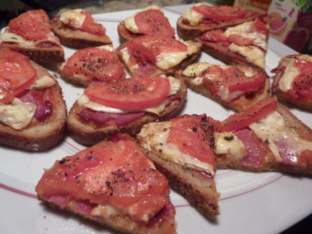 Przepis  grzanki z salami, brie i pomidorem przepis