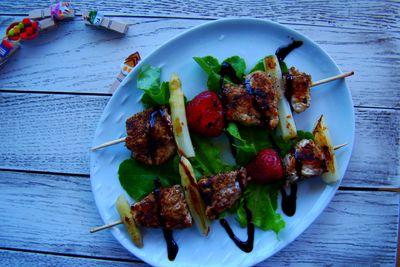 Szaszłyki drobiowe z szparagami i truskawkami