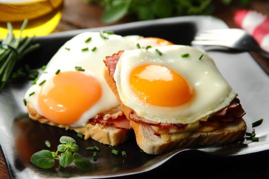 Croque madame  tosty z jajkiem i sosem beszamelowym