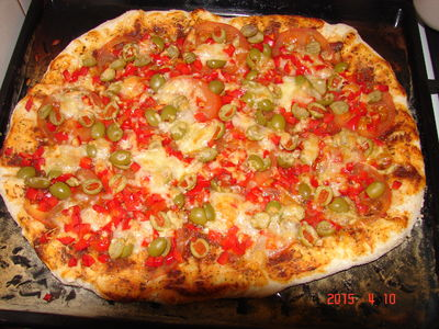 Pizza z szynką i pomidorami
