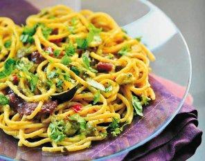 Spaghetti z pesto z cukinii i anchois