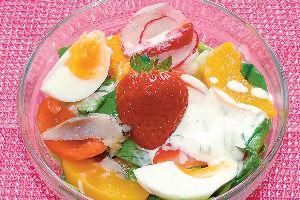 Sałatka z matjasów z brzoskwiniami i truskawkami