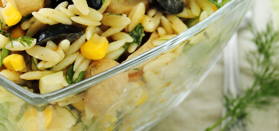 Sałatka z makaronem ryżowym, papryką konserwową i oliwkami ...