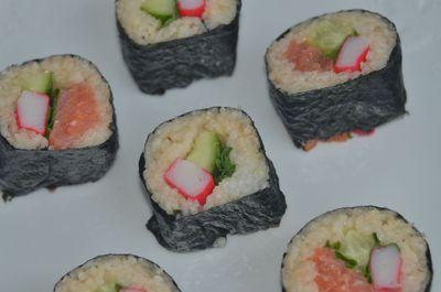 Sushi z jarmużem, ogórkiem, krabem i łososiem