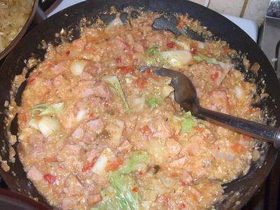 Ryż po chińsku z parówkami