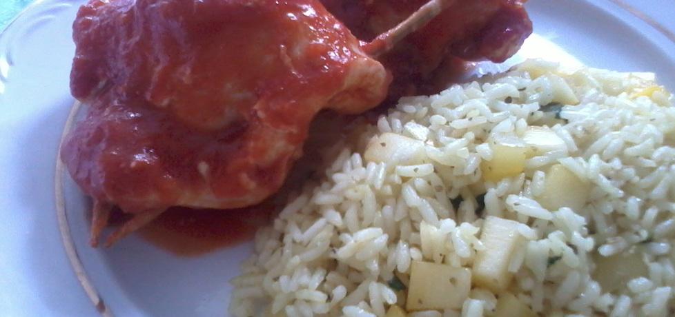 Kurczak nadziewany rodzynkami w ostrym sosie pomidorowym z ...
