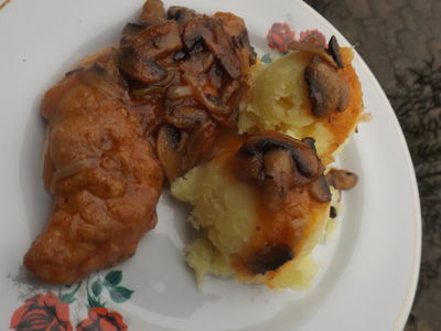 Karkówka z pieczarkami w sosie z keczupem i chrzanem ...