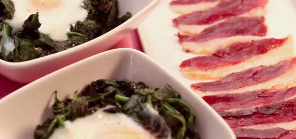 Wielkanoc: zapiekany szpinak z jajkiem i plastrami wędzonego ...