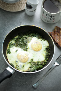 Jajka sadzone na zielonej łączce