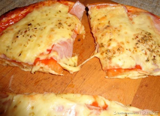 Pizza z szynką i serem.