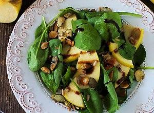Sałatka ze szpinakiem, jabłkiem i prażonymi pestkami