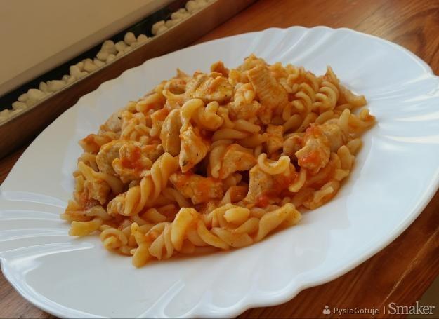 Makaron z sosem z pomidorów i kurczakiem