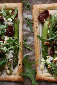 Tarta na cieście francuskim, ze szparagami i kozim serem ...