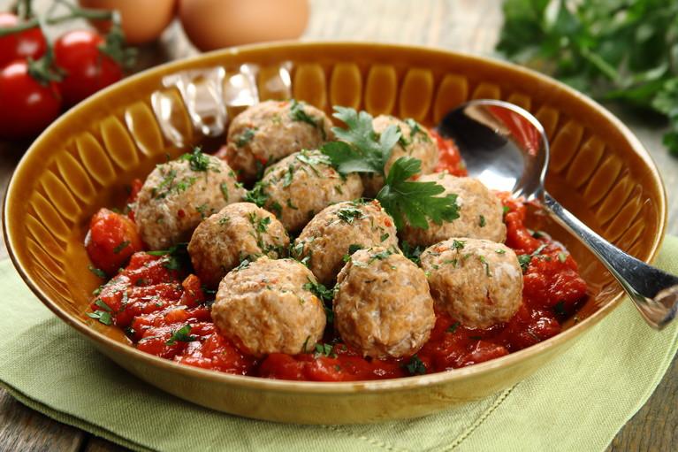 Klopsiki na parze z sosem pomidorowym