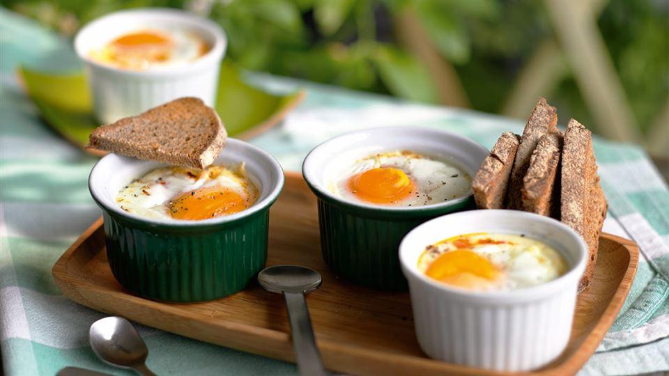 Przepis na zapiekane jajka z salami i papryką
